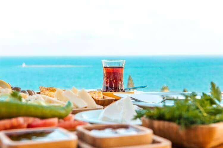 ontbijten met prachtig uitzicht naar zee turkije